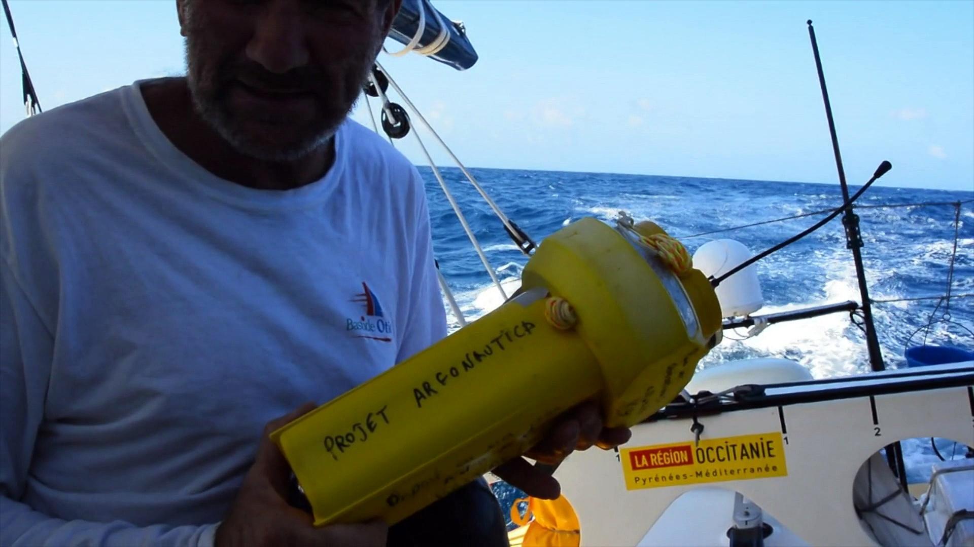 J12 : Kito de Pavant jette une balise à la mer / Vendée Globe