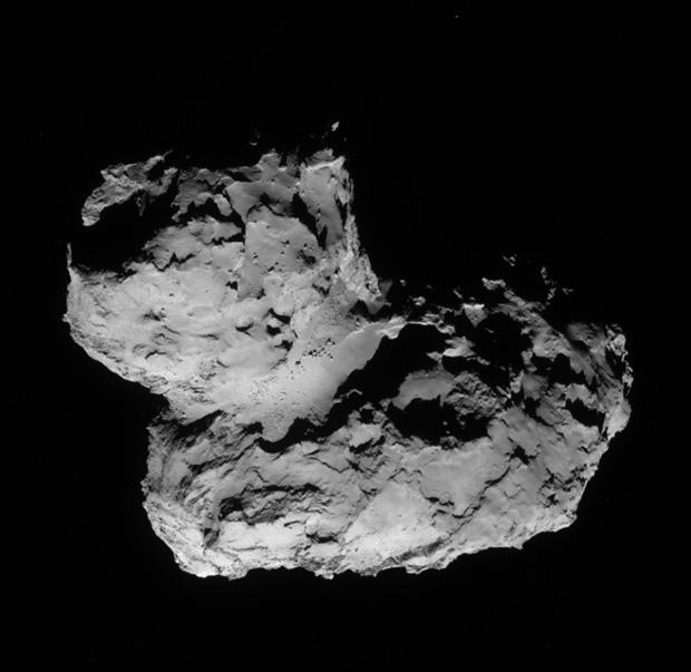 Image du noyau de 67P vu par la caméra de navigation de Rosetta le 11 août 2014 à une distance de 102 km.