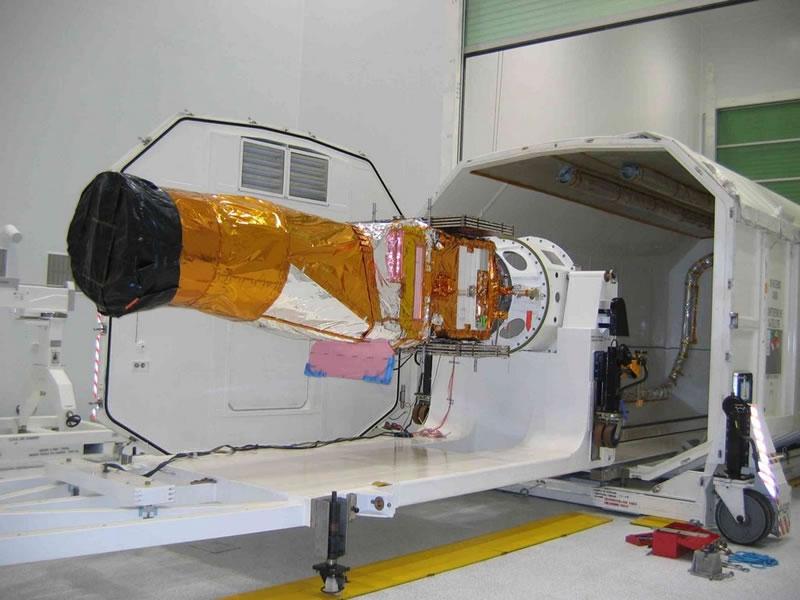 Ouverture du conteneur contenant le satellite, 17 novembre. Crédits : CNES/René Perez
