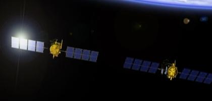Jason-2 (à gauche) vole en tandem avec Jason-1 le temps d'étalonner ses instruments. Crédit : CNES.