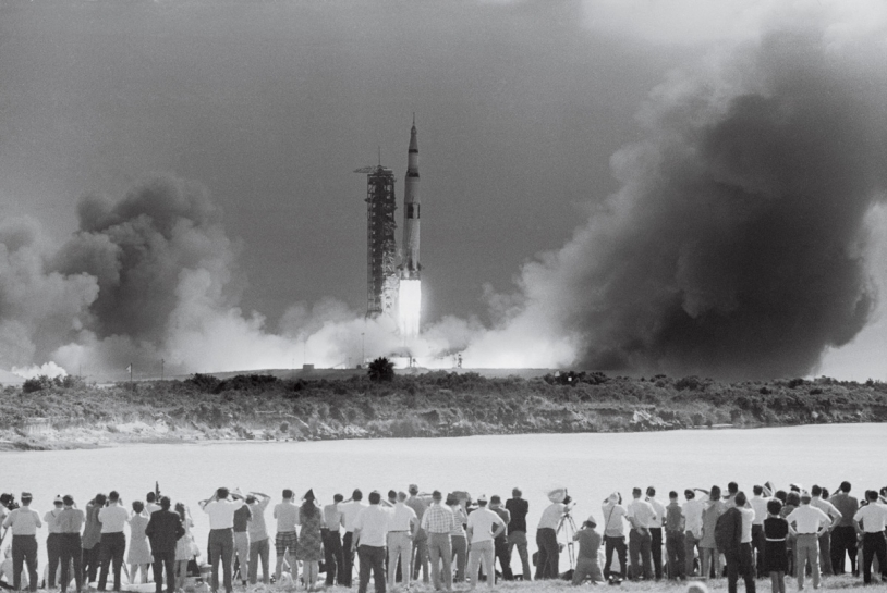 Décollage de la Saturn V emportant l'équipage d'Apollo 11, le 16 juillet 1969. Kennedy Space Center, Floride. Crédits : Bettmann/CORBIS/ TASCHEN