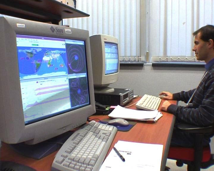 Derrière les écrans de contrôle, 15 satellites surveillés à la loupe au Centre d'Orbitographie Opérationnelle du CNES à Toulouse. Crédits : CNES.