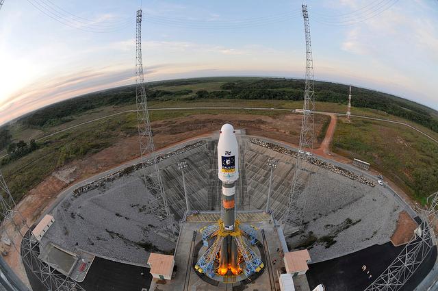 La fusée Soyouz sur son pas de tir au centre spatial guyanais. Crédits : CNES/ESA/Arianespace/Optique Vidéo du CSG.