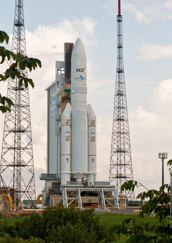 Ariane 5 en zone de lancement le 19 septembre. Crédits : ESA/CNES/Arianespace, optique vidéo du CSG